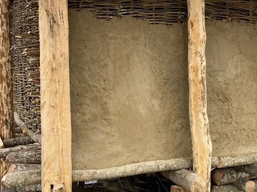 Die ersten Lehmschichten wurden aufgetragen 16. 3. 2021