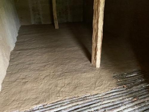 Der Innenboden wird mit Lehm geglättet. 30. 4. 2021