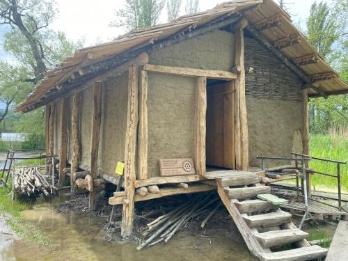Ostseite mit dem Eingang, rechte Seite wird im oberen Bereich nicht verputzt damit die Unterkonstruktion/ das Geflecht gezeigt werden kann